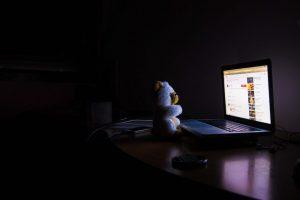 Usar pantallas antes de dormir provoca trastornos del sueño