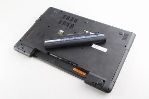 ¿Es malo cargar la batería con el portátil encendido?